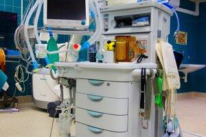 Anestéziologický prístroj sventilátorom voperačnej sále UNM.