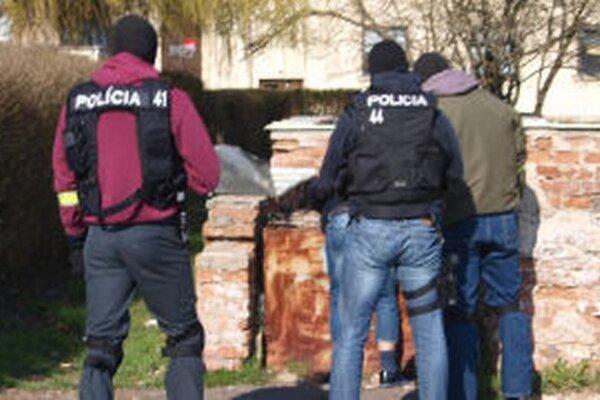 V popoludňajších hodinách zadržala polícia v centre Žiaru minimálne dve osoby.