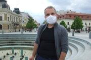 Štefan Lančarič z radnice pred fontánou, na ktorú bude napojený potôčik.
