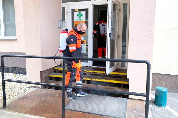 Členovia Orava rescue system pri dezinfekcii priestorov námestovskej polikliniky.