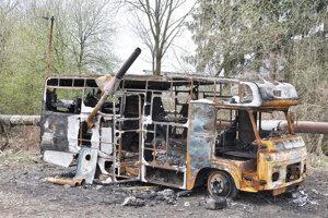 Zhorený karavan, v ktorom bývala päťčlenná rodina.