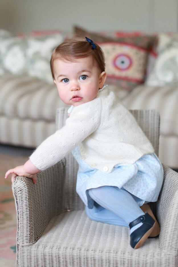 Na nedatovanej snímke, ktorú zverejnil Kensingtonský palác pri príležitosti prvých narodenín, je princezná Charlotte v sídle Amner Hall v Norfolku.