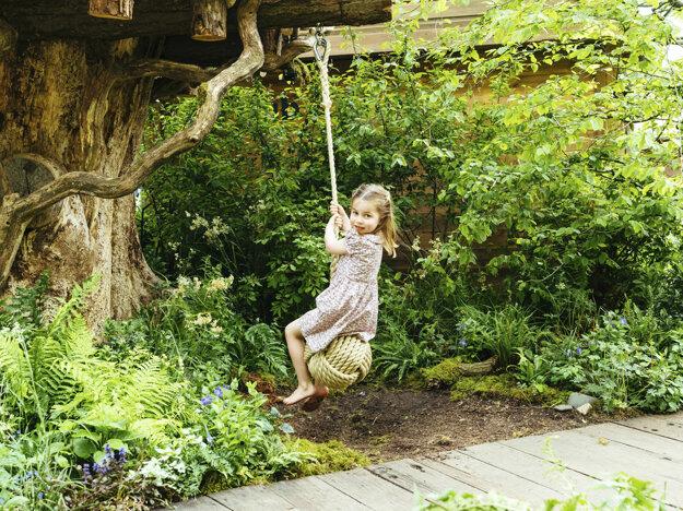 Princezná Charlotte, dcéra britského princa Williama a Kate, sa hrá v záhrade Back to Nature, ktorú navrhli Adam White a Andrée Daviesová a jej matka Kate pred známou kvetinovou šou Chelsea 19. mája 2019 v Londýne.