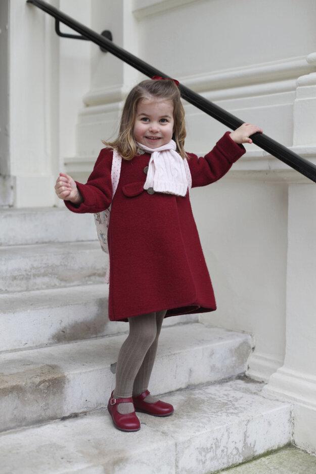 Princezná Charlotte sa usmieva počas prípravy na svoj prvý deň v škôlke 8. januára 2018 v Londýne.