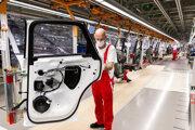 Pracovník vo fabrike Audi v Győri.