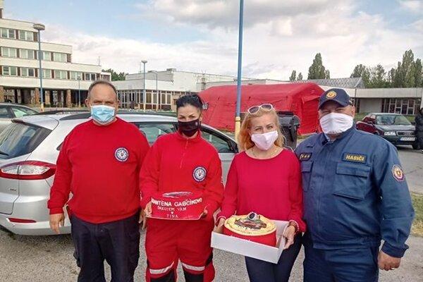 Divínčanka prišla osobne poďakovať do karanténneho centra, doniesla aj dve veľké torty.