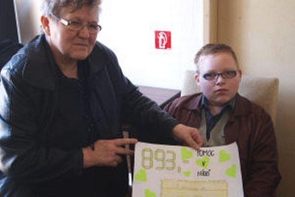 Tomáško so starou mamou a symbolickým šekom.
