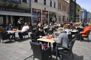 Koronavírus na Slovensku: Ľudia na letnej terase na Hlavnej ulici v Košiciach 7. mája 2020.