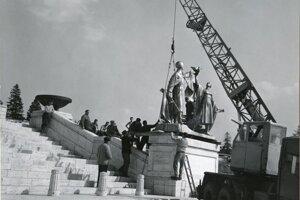 """Súsošie """"Žena s holubicou a vojakom so zástavou"""" od akademického sochára Alfonza Gromu."""