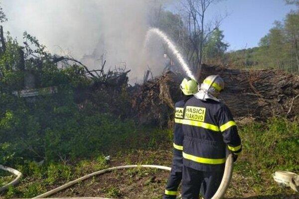Fiľakovskí dobrovoľní hasiči pri hasení požiaru v Radzovciach.
