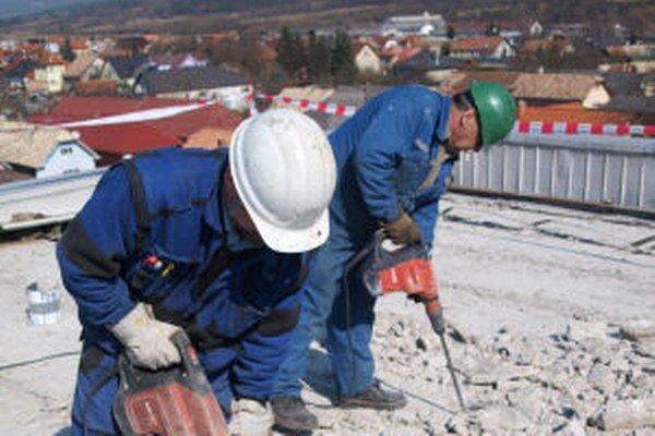 Betónovú vrstvu z pôvodnej strechy odstraňujú.