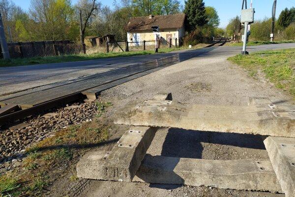 Na cestu pri priecestí železnice umiestnili betónové zábrany.