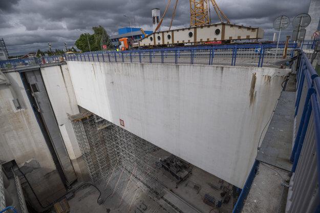 Takmer 110 ton vážiaci komponent uložili na dno komory za pomoci žeriavu.