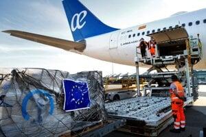 EÚ dnes už pomáha s ochranným zdravotníckym materiálom pre pandémiu nielen členským štátom Únie, ale aj krajinám mimo Európy.