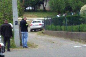 Pri dome, v ktorom našli mŕtvych, stálo auto s rozbitým zadným sklom.