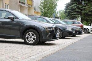 Pri stavbe 11 parkovacích miest boli použité polovegetačné betónové tvárnice.