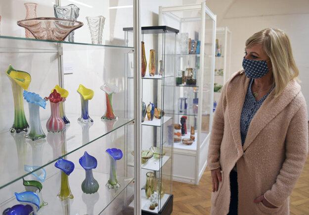 Slovenské technické múzeum sprístupnilo výstavu Pohľad cez sklo zberateľky Kláry Samuelisovej.