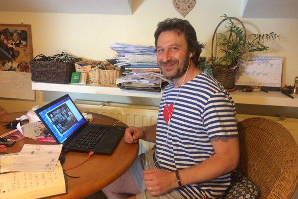 Veľkú výhodu vidí učiteľ Dávid Králik v tom, že si na online hodinu môže pozývať hostí.