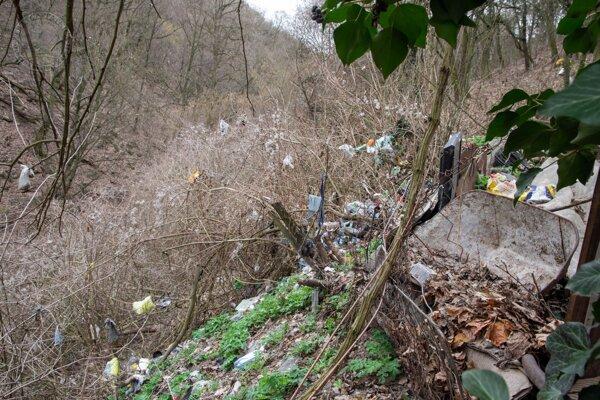 Na viacerých miestach prírodnej rezervácie vznikli ilegálne skládky odpadu.