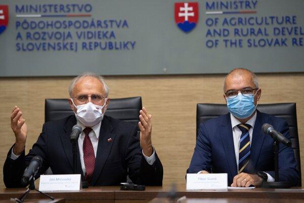 Minister pôdohospodárstva a rozvoja vidieka SR Ján Mičovský a nový generálny riaditeľ Pôdohospodárskej platobnej agentúry Tibor Guniš.