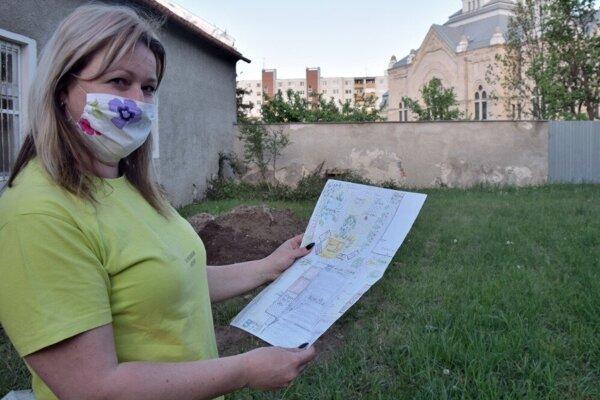 Margaréta Žigová ukazuje projekt plánovanej komunitnej záhrady. Jej realizácia odvtedy už postúpila.