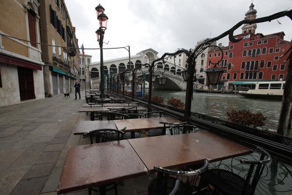 Prázdna terasa v Benátkach.