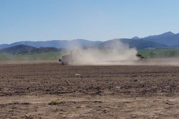 Takto sa na jednom martinskom poli prášilo za obrábajúcim traktorom.