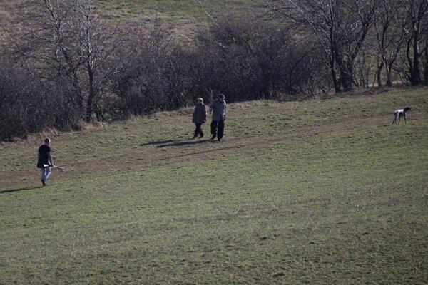 Exriaditeľa s puškou stretli na vychádzke aj seniori.