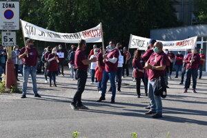 Zamestnanci Nexis Fibers začali protest pred bránou do PP Chemes.