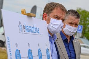 Smart karanténa - inteligentné riešenie pre ľahší návrat zo zahraničia. Zľava predseda vlády SR Igor Matovič a minister vnútra SR Roman Mikulec.