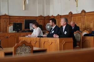Antono Nuzzo (v strede) a Leonard Siegfried (vpravo) by sa mali posadiť spoločne na lavicu obžalovaných na NS SR v polovičke júna.