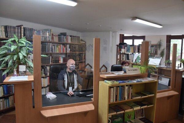 Knihovníci sú v Novohradskej knižnici po novom chránení plexisklami