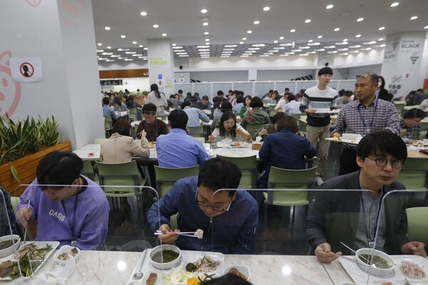 Návštevníkov jedálne v Soule oddeľujú plastové bariéry.