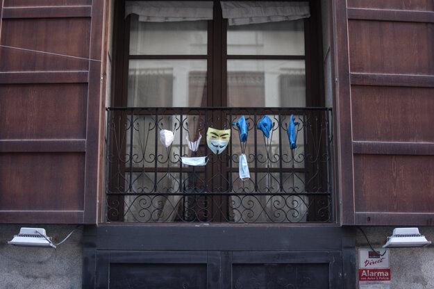 Rúška a masky visiace na balkóne v španielskom Madride.
