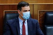 Španielsky premiér Pedro Sánchez s ochranným rúškom na zabránenie šíreniu koronavírusu počas zasadnutia španielskeho parlamentu v Madride.