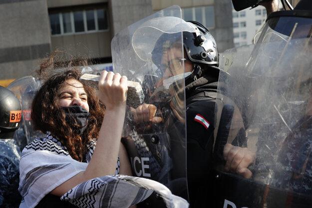 Demonštrácia v Bejrúte 29. apríla 2020. Viaceré libanonské mestá boli dejiskom protestov proti zhoršujúcej sa ekonomickej situácii v krajine.