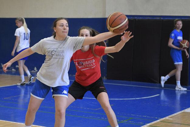 Spoločný tréning basketbalistiek najstaršej kategórie do 19 rokov a niektorých hráčiek Young Angels Košice v telocvični v Košiciach.
