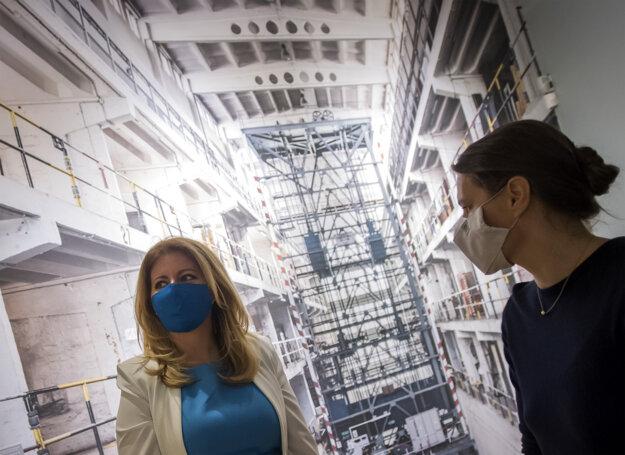 Zuzana Čaputová a generálna riaditeľka Slovenskej národnej galérie Alexandra Kusá počas navštevy SNG.
