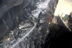 Miesto nehody lietadla v pakistanskom Karáčí.