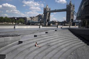 Žena sedí na schodoch v Londýne.