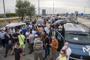 Repatrianti blokujú hraničný priechod Bratislava - Jarovce v smere na Slovensko