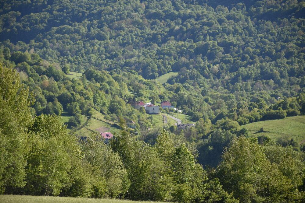 Pohľad na obec Ruský Potok z okolitých lúk.