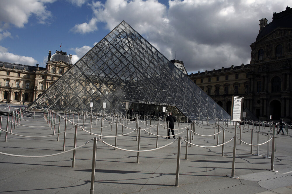 Parížske múzeum Louvre na fotografii z 13. marca 2020.