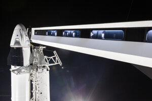 Mostík, cez ktorý sa astronauti dostanú na palubu lode Crew Dragon.