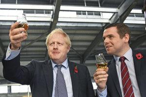 Na fotografii z novembra 2019 je britský premiér Boris Johnson a námestník britského ministra pre Škótsko Douglas Ross.