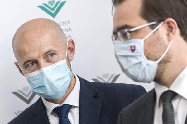 Nový generálny riaditeľ Všeobecnej zdravotnej poisťovne (VŠZP) Richard Strapko a vpravo minister zdravotníctva SR Marek Krajčí (OĽaNO).
