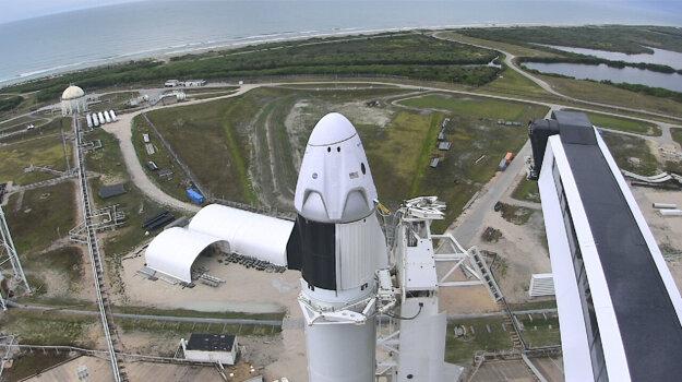Od rakety s kapsulou sa odpojil mostík, cez ktorý sa do lode dostali astronauti. po jeho odpojení začalo napĺňanie palivových nádrží.
