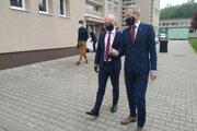 Minister školstva Branislav Gröhling a primátor Žiliny Peter Fiabáne po návšteve ZŠ s MŠ Školská Závodie.