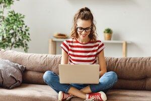 Oplatí sa vybrať si školu, ktorá umožní začať štúdium cez internet.