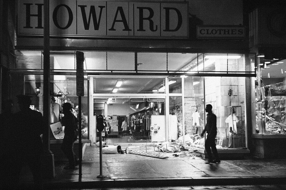 4. apríl 1968. Nepokoje vo Washingtone, zničené boli obchody aj celé budovy.